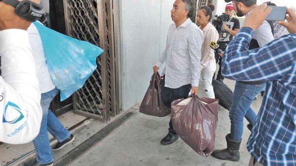 3 amigos ayudaron a meter ropa e insumos. Foto: Gerardo Suárez.