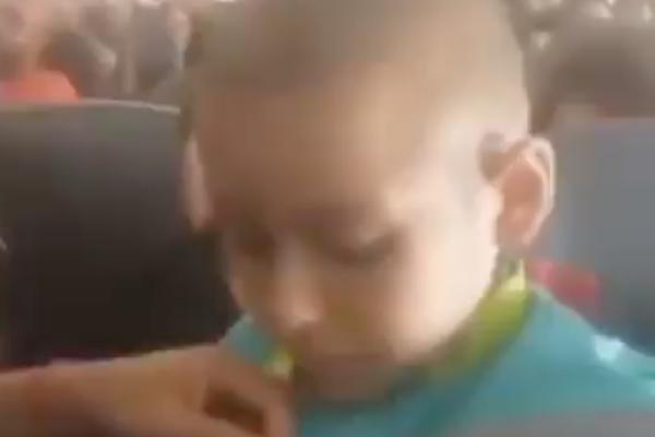 El pequeño Jonathan fue reconocido por la tripulación por la lucha contra el cáncer que está enfrentando. Foto: Especial