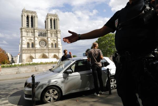 El ministerio de Cultura francés dijo el miércoles que varias piedras cayeron del techo abovedado de la catedral de Notre Dame, dañada por un incendio meses atrás. Foto: AP