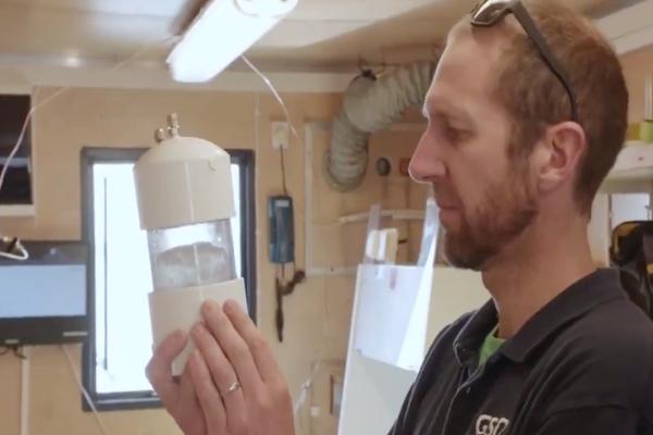 Una expedición científica que recorrió entre el 18 de julio y el 4 de agosto el llamado Pasaje del Noroeste, en el Ártico canadiense, encontró, por primera vez en la historia, partículas de plásticos en las muestras de hielo perforadas en el trayecto. Foto: EFE