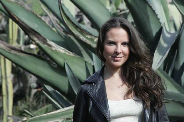 Kate del Castillo con planta de maguey