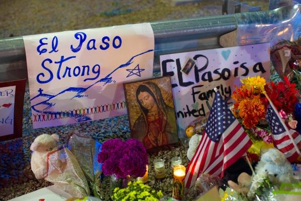 La ceremonia en Southwest University Park recordará a aquellas personas que fallecieron baleadas en la ciudad con población mayormente latina a manos de un joven que, según la policía, confesó que su objetivo eran los mexicanos. Foto: AP