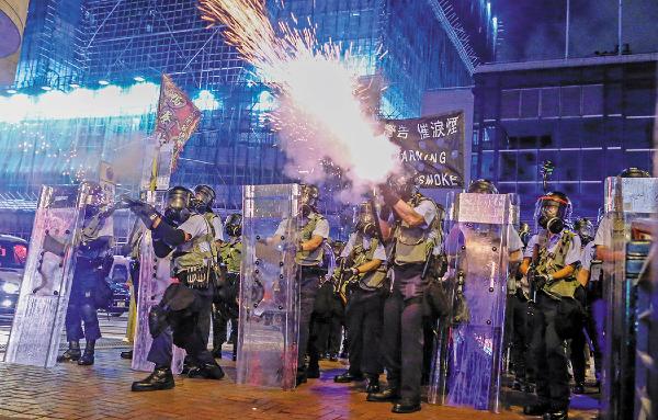 FUERZA. La Policía disparó gases lacrimógenos contra los manifestantes. Foto: REUTERS