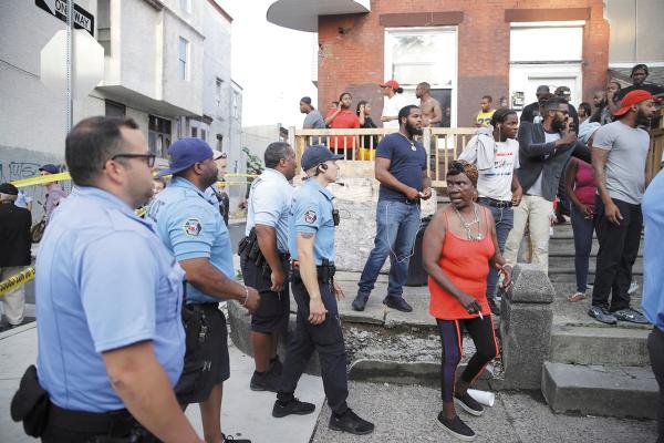 ALARMA. La Policía pedía a la gente que no salieran de sus casas, para indagar el caso. Foto: AP