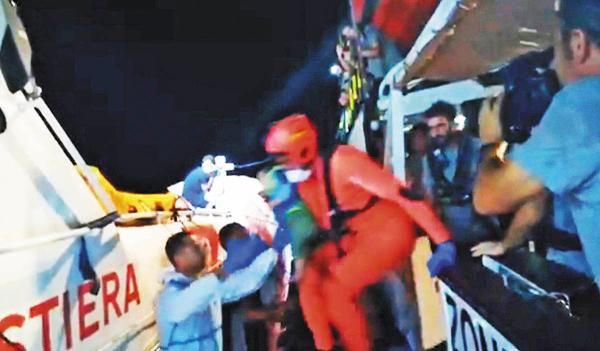 RESCATE. Un menor inmigrante fue auxiliado, informó la ONG Open Arms. Foto: EFE
