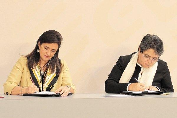 CONVENIO. Margarita Ríos-Farjat, jefa del SAT (izquierda), y Raquel Buenrostro, oficial mayor de la Secretaría de Hacienda, durante la firma del convenio de colaboración entre ambas instancias.  Foto: Notimex.