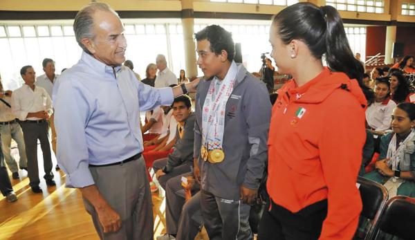 HONORES. Juan Manuel Carreras felicitó a los jóvenes. Foto: Especial