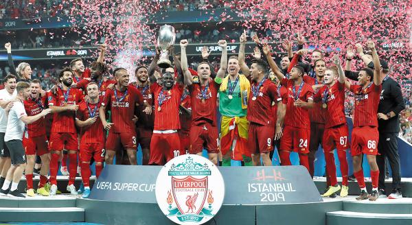REYES. Los jugadores del Liverpool presumieron su nuevo trofeo. Foto: REUTERS