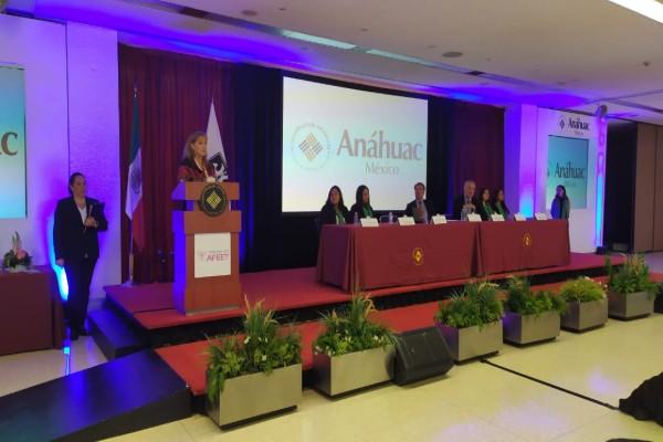 Parte de los asistentes en el auditorio de la Universidad Anáhuac aplaudieron, la postura de la ejecutiva Foto: Everardo Martínez