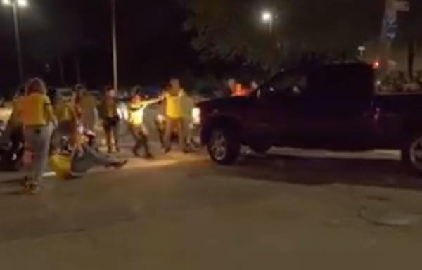Una camioneta pickup embistió a un grupo que protestaba contra las políticas migratorias federales en un centro de detención, en Rhode Island. Foto: Facebook