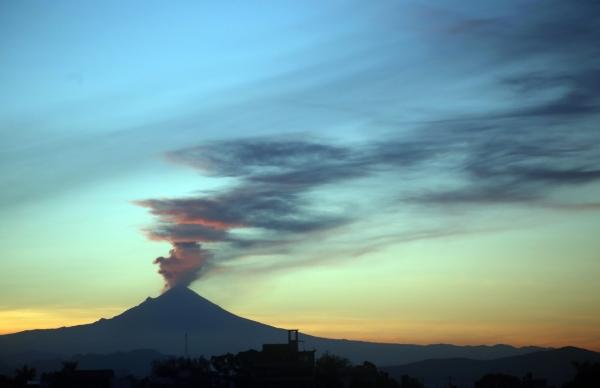 Existen varios retenes que se han integrado a lo largo del corredor del volcán. Foto Cuartoscuro