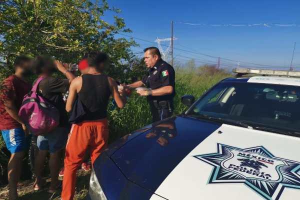 Los migrantes fueron conducidos con autoridades de la INM. Foto: Especial