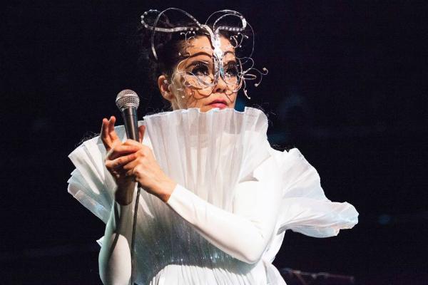 Björk aprovecha visita a la CDMX para caminar por calles de la colonia Roma: FOTO