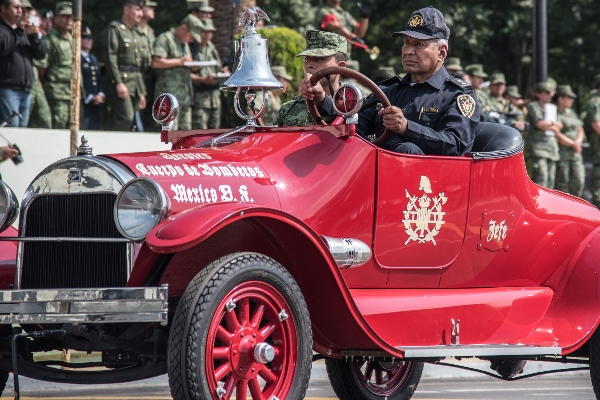 Raúl Esquivel en vehículo del Heroico Cuerpo de Bomberos