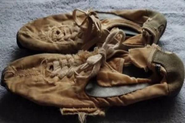 Un par de zapatos deportivos hechos a mano para las pruebas de atletismo de los Juegos Olímpicos de 1972 fueron vendidos en 50 mil dólares. Foto: Especial