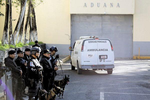 INVESTIGACIÓN. Los vehículos de Servicios Periciales acudieron al centro penitenciario, fuertemente vigilado. FOTO: REUTERS