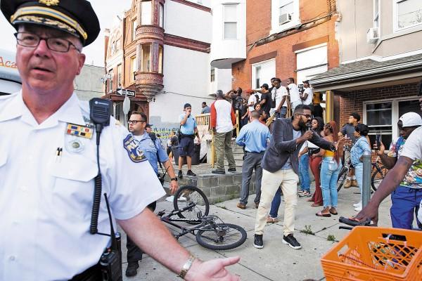 PENSILVANIA. Tensión se vivió el pasado miércoles en Filadelfia, tras registrarse un tiroteo que dejó seis policías heridos. Foto: EFE