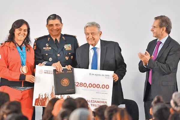 CHEQUE. Alejandra Valencia, Luis Sandoval, Andrés Manuel López Obrador y Esteban Moctezuma. Foto: Pablo Salazar Solís