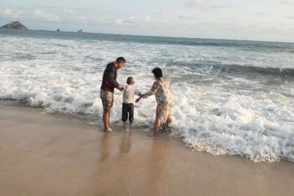 Jonathan, el niño que robó corazones en un vuelo, por fin conoció el mar