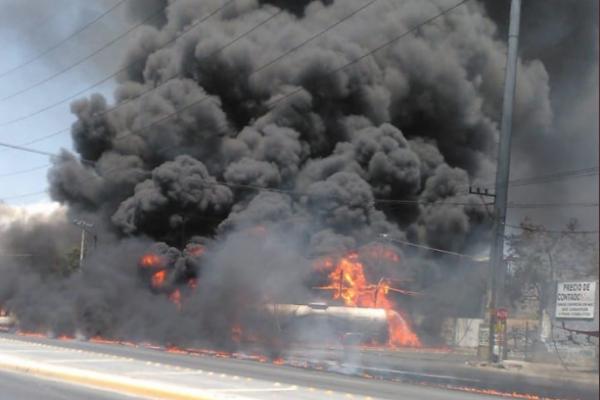 Una pipa con miles litros de combustible explotó en el municipio de Guadalupe. Foto: Especial.
