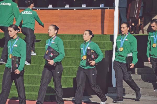 PREMIO. Alejandra Valencia (der.) fue el último oro en Lima. Foto: Daniel Ojeda