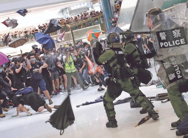 FUERZA. La Policía usó gas pimienta para dispersar una protesta en un mall. Foto:  REUTERS