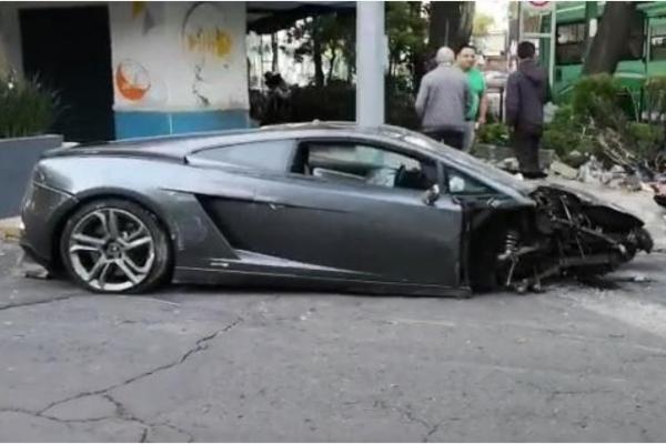 De acuerdo con el informe policíaco, el vehículo impactó contra una jardinera y terminó con el frente destrozado.  Foto: Especial.