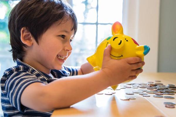 Enséñale a tu hijo cómo gastar su dinero en el recreo