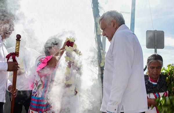 Andrés Manuel López Obrador, Presidente de México, durante su recorrido en compañía de la comunidad del Hospital Rural Huautla de Jiménez. Foto: Cuartoscuro