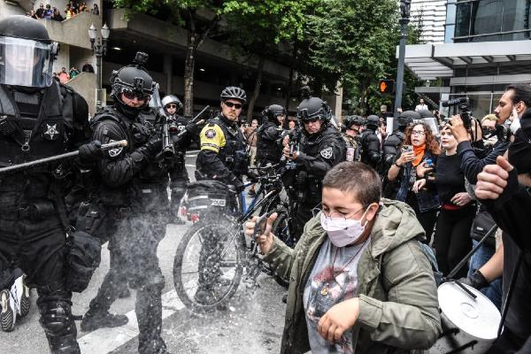 CONTENCIÓN. Elementos policiacos rociaron gas a los manifestantes. Unas 20 corporaciones participaron. Foto: AFP