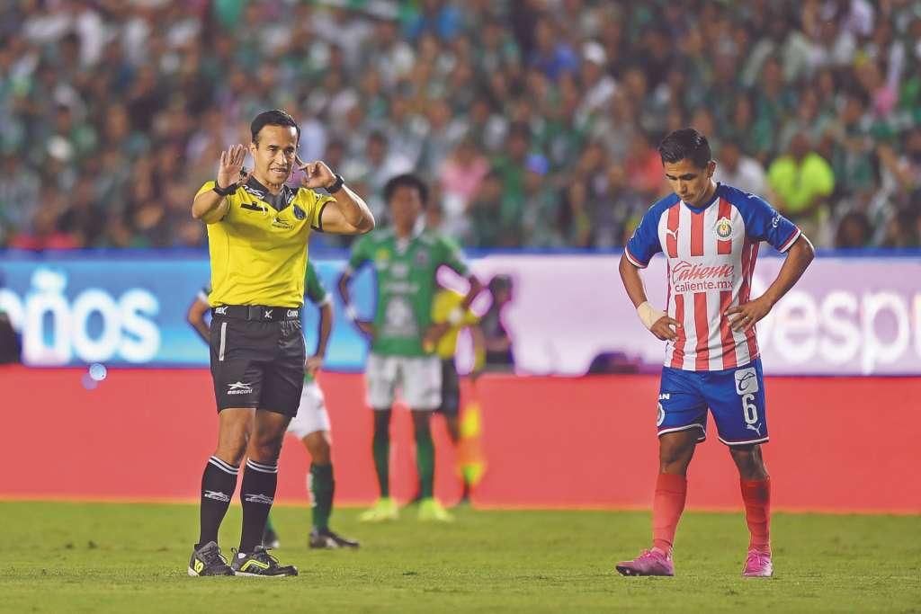 REVISIÓN. Jorge Isaac Rojas requirió varias veces del videoarbitraje para decretar penaltis. Foto: Mexsport