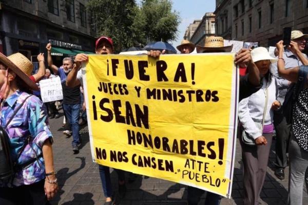 Decenas de personas protestaron fuera de la SCJN. Foto: Especial
