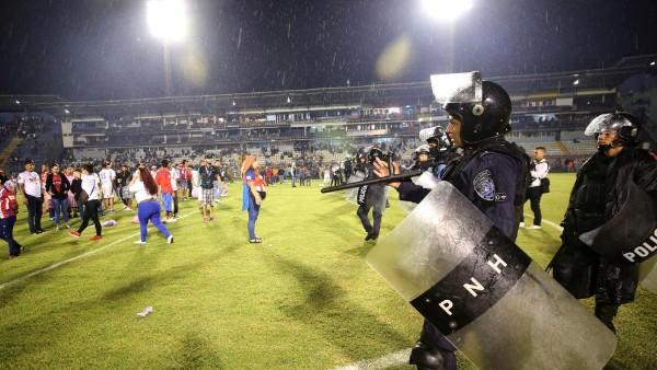Disturbios en la cancha del Estadio Nacional de Honduras. FOTO: ESPECIAL