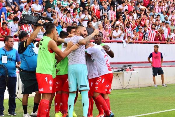 Los goles del triunfo fueron obra del argentino Maximiliano Salas a los minutos 53 y 64, así como de su compatriota Mauro Quiroga al 92. Con este resultado, los rojiblancos llegaron a seis unidades, en tanto los de Torreón se quedaron con 12. Foto: Twitter