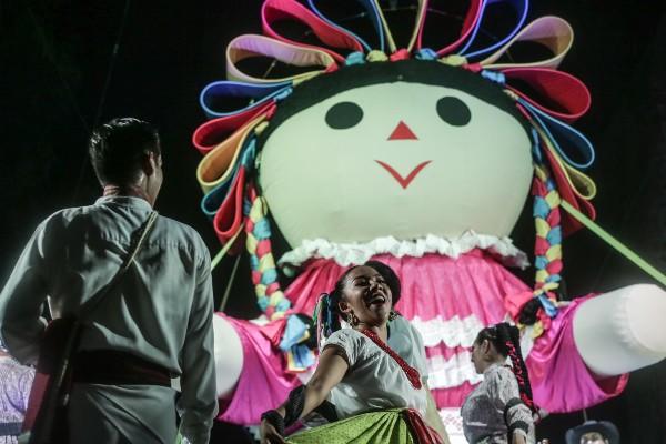 La monumental muñeca congregó a miles en Querétaro. Foto: Especial
