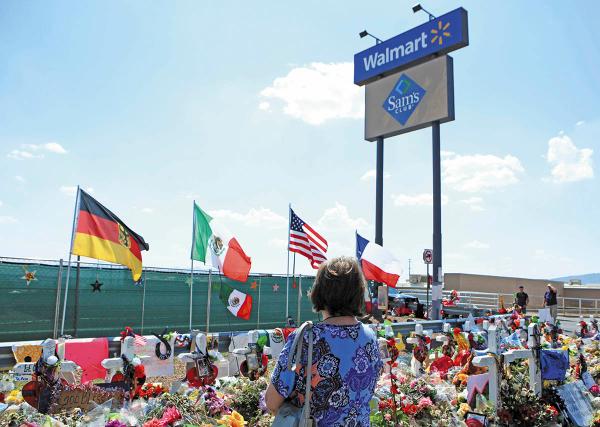 TRIBUTO. Familiares y amigos depositaron ofrendas por las víctimas de la matanza en el Paso. Foto: EFE