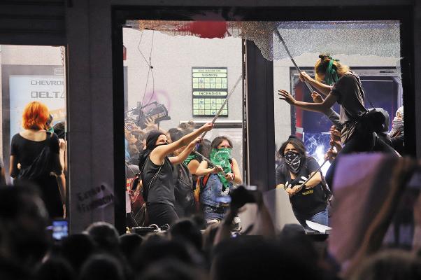 ENOJO. Un grupo de manifestantes causaron daños al mobiliario de la ciudad, el viernes. Foto: Víctor Gahbler