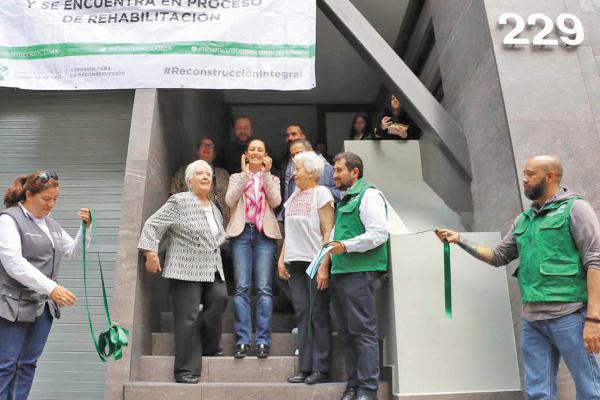 OBJETIVO. Sheinbaum y Cravioto entregaron las llaves de edificio 229 de Guanajuato. Foto: Especial