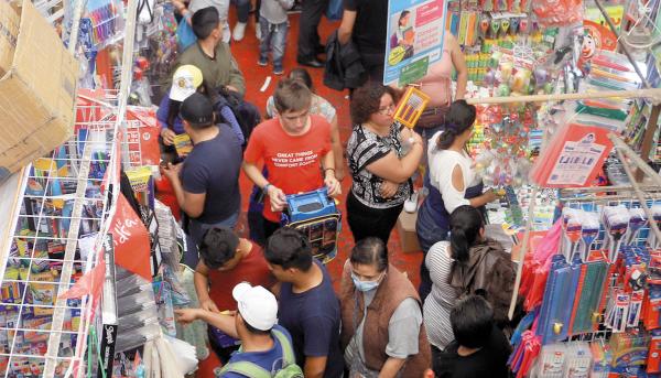 ROMERÍA. En la calle de Mesones las tiendas abren sus ventas desde las nueve de la mañana hasta las ocho de la noche. Foto: Victor Gahbler