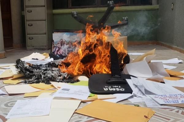 Maestros queman documentos en guerrero