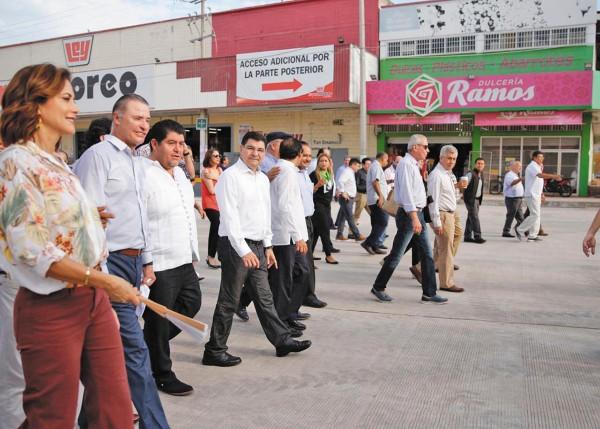 El gobernador recorrió el mercado y la vialidad, de la mano de su esposa. Foto: Especial