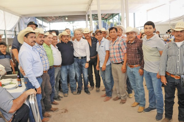 El gobernador convivió con productores. Foto: Especial