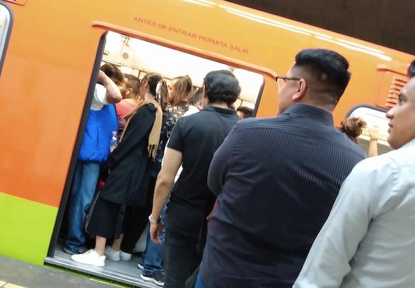 Los usuarios del Metro están molestos pues por culpa de los retrasos llegarán tarde a su trabajo o escuela. Foto: Especial