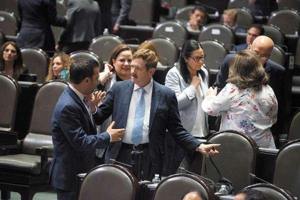 INTERÉS. El líder de los panistas en San Lázaro, Carlos Romero Hicks, entregó ayer el plan en el Senado. Foto: Cuartoscuro