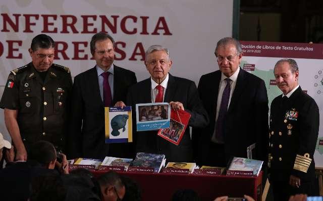 Andrés Manuel López Obrador presenta ante los medios algunos libros de texto: FOTO: Cuartoscuro.