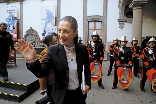 La jefa de Gobierno entregó reconocimientos a bomberos destacados en su día. Foto: Leslie Pérez