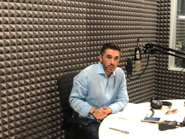 Sergio Mayer en la cabina de radio de El Heraldo.