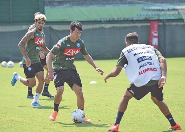PRÁCTICA. El delantero mexicano ya entrenó con el conjunto napolitano. Foto: @SSCNAPOL