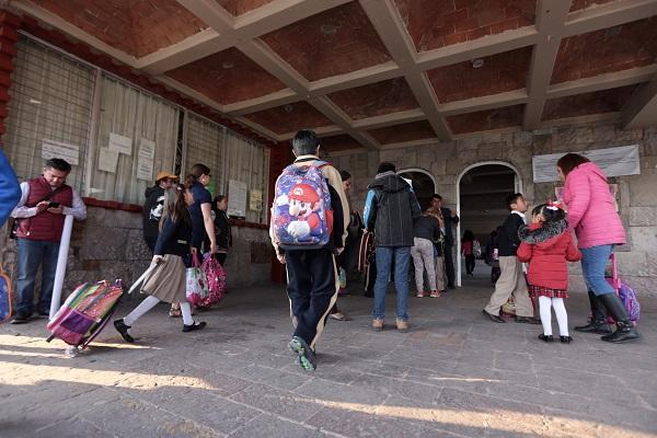 Usar mochilas más pesadas, a largo plazo estos problemas pueden desencadenar afectaciones a la salud. Foto: Cuartoscuro