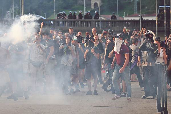 PROTESTAS. Miles de manifestantes ecologistas y antiglobalización se unieron a los Chalecos Amarillos por el G7. Foto: EFE